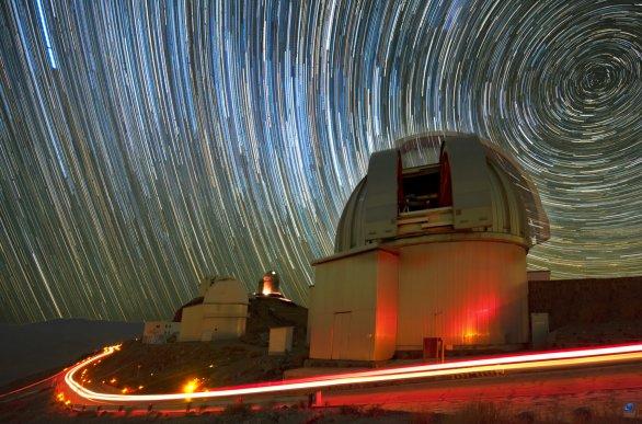 Dráhy hvězd a poloha jižního nebeského pólu nad kopulí dalekohledu MPG 2,2 m. ESO, La Silla, Chile Autor: Zdeněk Bardon