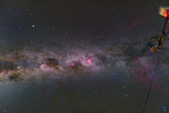 Mléčná dráha a meteo-stanice Dánského 1,54 m dalekohledu. ESO, La Silla, Chile Autor: Zdeněk Bardon