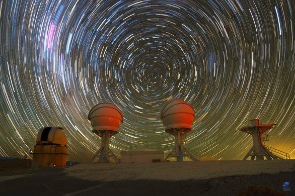 Dráhy hvězd nad Dánským 1,54 m dalekohledem a zcela novou instalací projektu BlackGEM. ESO, La Silla, Chile Autor: Zdeněk Bardon