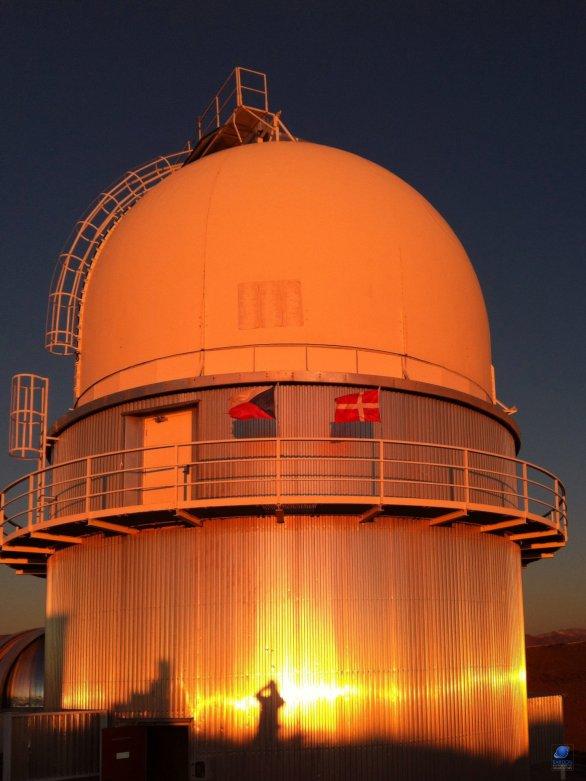 Kopule Dánského 1,54 m dalekohledu při západu Slunce. ESO, La Silla, Chile Autor: Zdeněk Bardon