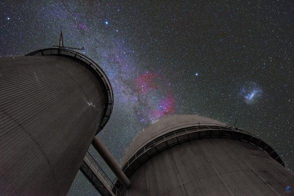 Mléčná dráha a Velké Magellanovo mračno nad kopulí dalekohledu ESO 3,6 m. ESO, La Silla, Chile Autor: Zdeněk Bardon