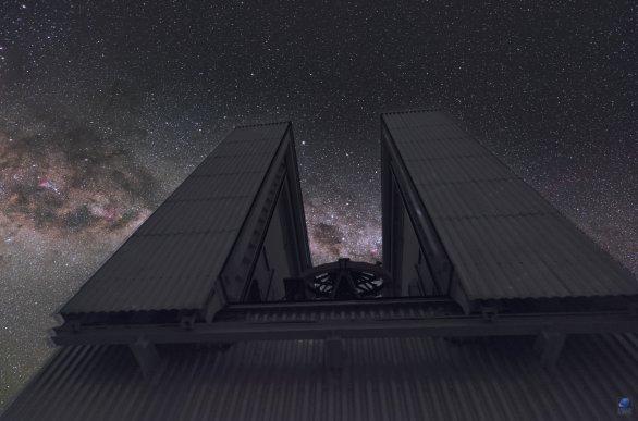 Mléčná dráha a souhvězdí Jižní kříž ve štěrbině dalekohledu NTT. ESO, La Silla, Chile Autor: Zdeněk Bardon