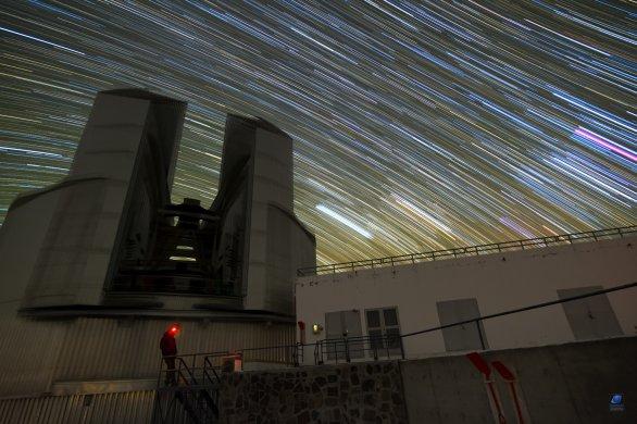 Dráhy hvězd nad kopulí dalekohledu NTT. ESO, La Silla, Chile Autor: Zdeněk Bardon