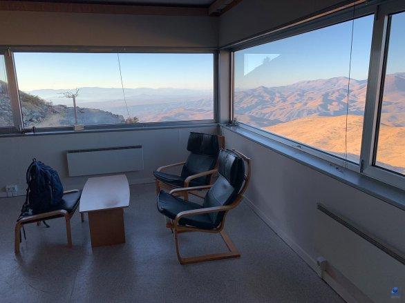 Výhled na poušť Atacama z odpočinkové místnosti Swiss 1,2 m observatoře. ESO, La Silla, Chile Autor: Zdeněk Bardon