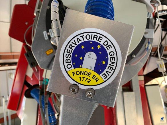 Kryt vývodů kabeláže i s logem mateřské observatoře na Swiss 1,2 m dalekohledu. ESO, La Silla, Chile Autor: Zdeněk Bardon