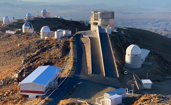Pohled na část observatoře La Silla. (napravo od rampy dalekohledu NTT se nachází budova dalekohledu Swiss 1,2 m). ESO, La Silla, Chile Autor: Zdeněk Bardon