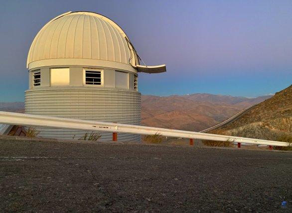 Kopule Leonhard Euler Telescope v přípravě na noční pozorování. ESO, La Silla, Chile Autor: Zdeněk Bardon