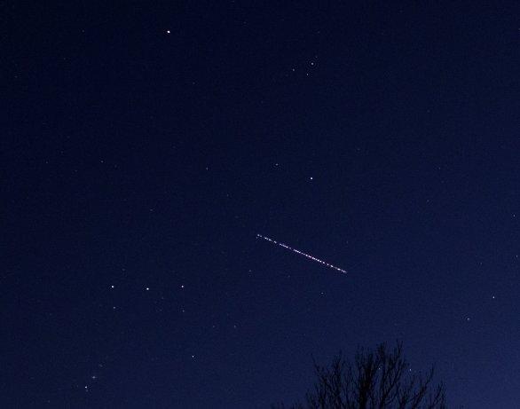 Vláček družic Starlink den po vypuštění. To jsou ještě blízko k sobě a jsou velmi jasné. Autor: Martin Gembec