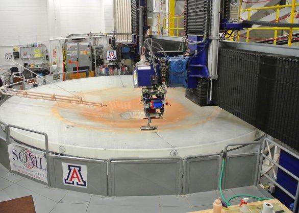 Leštění zrcadla dalekohledu LSST (průměr 8,4 m). Tucson, USA Autor: Zdeněk Bardon