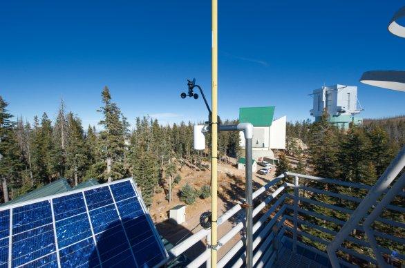 Pohled z horní terasy dalekohledu VATT. V pozadí dalekohled LBT a radioteleskop The Submillimeter Telescope (SMT). Mt. Graham, Arizona, USA Autor: Zdeněk Bardon