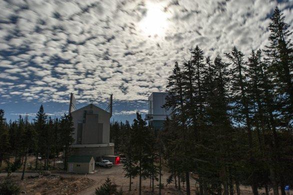 LBT a Submillimeter Telescope za úplňku. Mt.Graham, Arizona, USA Autor: Zdeněk Bardon
