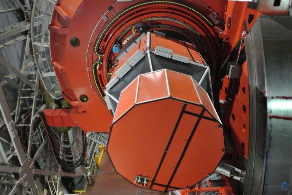CCD kamera dalekohledu LBT (velikost připomíná malé auto). Mt. Graham, Arizona, USA Autor: Zdeněk Bardon