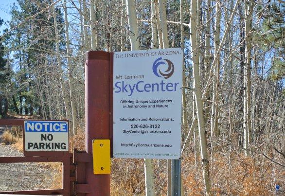 Oficiální označení vjezdu na observatoř. SkyCenter, Mt. Lemmon, Arizona, USA Autor: Zdeněk Bardon