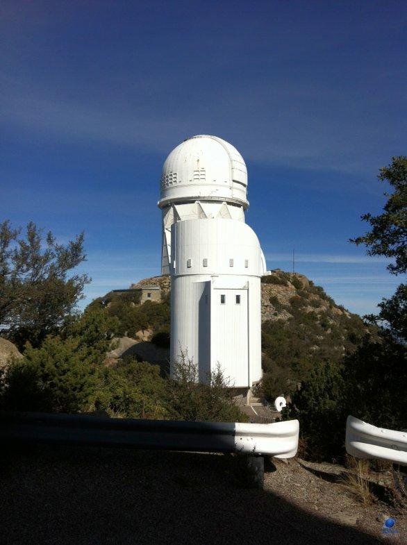 Pohled na dvě kopule americké observatoře Kitt Peak. (V popředí The Bok Telescope a vzadu Mayall 4-meter Telescope). Arizona, USA Autor: Zdeněk Bardon