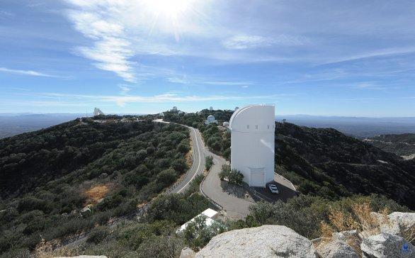 Pohled na observatoř Kitt Peak z ochozu kopule Mayall dalekohledu. Kitt Peak, Arizona, USA Autor: Zdeněk Bardon