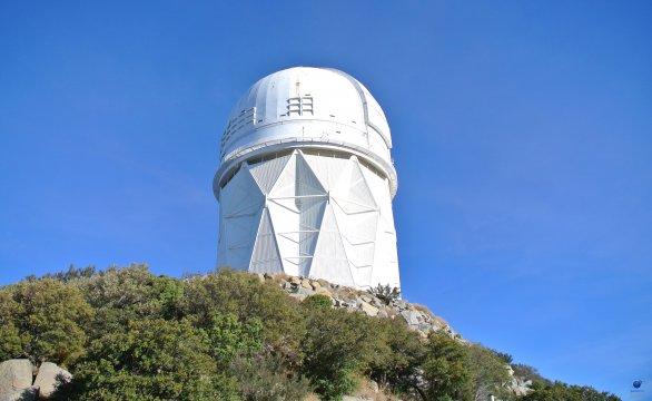 Kopule dalekohledu Mayall (průměr primárního zrcadla 4 metry). Observatoř Kitt Peak, Arizona, USA Autor: Zdeněk Bardon