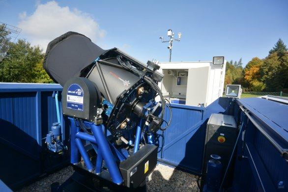 """Otevřená """"kopule"""" observatoře Blue Eye 600 a pohled na teleskop. Autor: Zdeněk Bardon"""