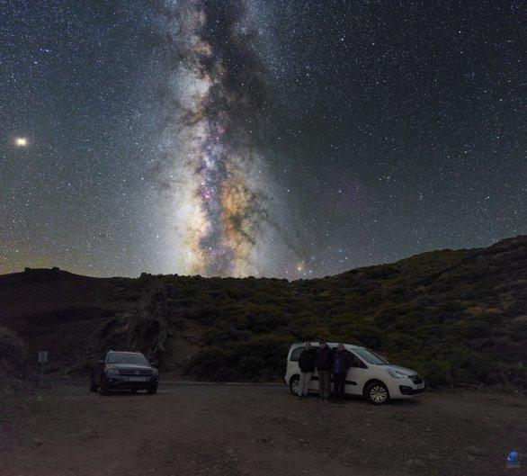 Mléčná dráha nad Observatorio del Roque de los Muchachos. U vozidla napravo: Marcel Bělík, Zdeněk Bardon, Pavol Rapavý. La Palma Autor: Zdeněk Bardon