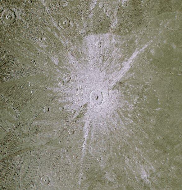 Detail kráteru Tros na Ganymedu, měsíci Jupiteru ze sondy Juno Autor: NASA/JPL-Caltech/SwRI/MSSS/Kevin M. Gill