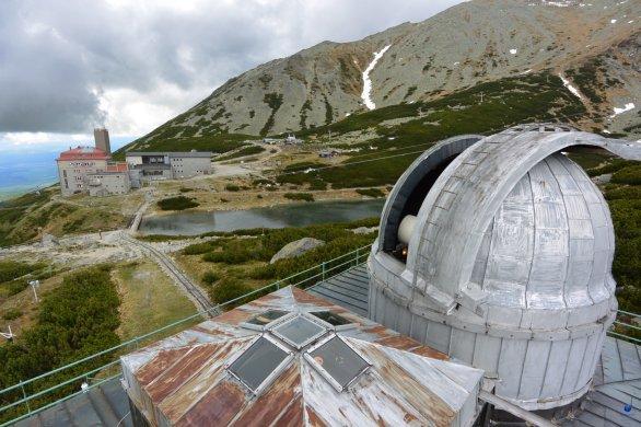 Pohled na kopuli 0,6 m dalekohledu Skalnaté Pleso a stanici lanovky Autor: Zdeněk Bardon