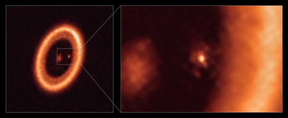 Obrázek prezentuje záběry pořízené radioteleskopem ALMA (Atacama Large Millimeter/submillimeter Array). Přehledový snímek (vlevo) zachycuje celý systém PDS 70 vzdálený 400 světelných let od Slunce. Detailní záběr (vpravo) zachycuje planetu PDS 70c a její disk, celou pravou stranu detailního obrázku vyplňuje část cirkumstelárního disku mateřské hvězdy PDS 70. Autor: ALMA (ESO/NAOJ/NRAO)/Benisty et al.