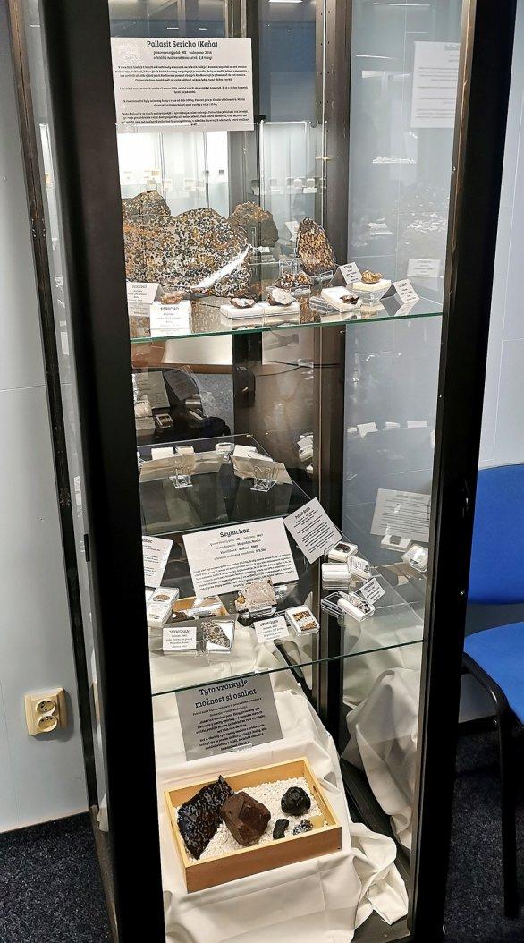 Vitrína z Muzea meteoritů ve Frýdku-Místku