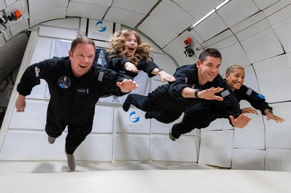 Členové posádky Inspiration4 při nácviku stavu beztíže ve speciálním letadle. Zleva Chris Sembroski, Hayley Arceneaux, Jared Isaacman a Sian Proctor Autor: Flickr/Inspiration4