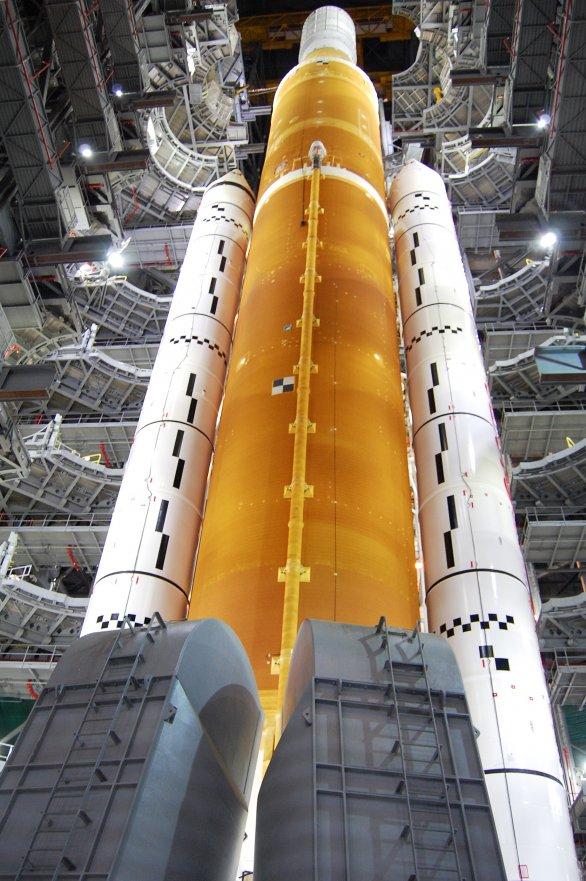Raketa SLS pro misi Artemis I po odklopení obslužných plošin ve VAB Autor: NASA
