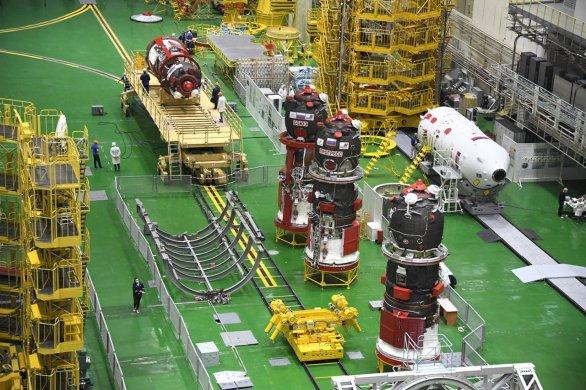 Dva Sojuzy a v popředí dva Progressy v montážní hale Autor: Roskosmos