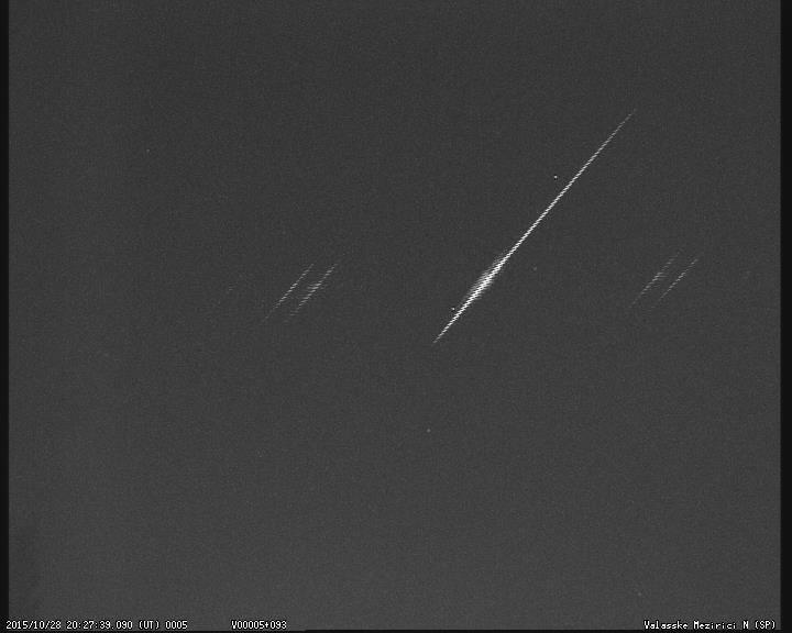 Bolid zachycený severní kamerou opatřenou spektrální mřížkou 28.10.2015 v 20:27:39 UT. Autor: Hvězdárna Valašské Meziříčí