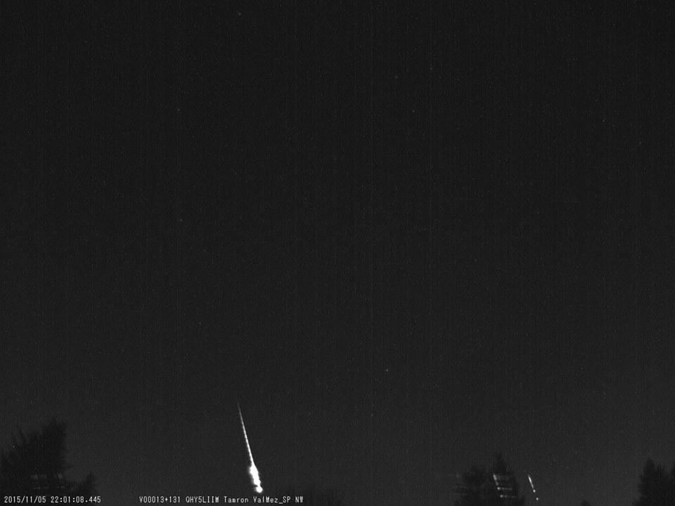 Bolid se spektrem zachycený 5. listopadu 2015 severozápadní kamerou opatřenou spektrografem.