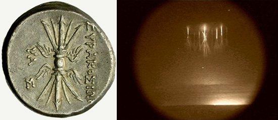 (Vlevo): Obrázek blesků na zadní straně mince 8 lir ze Syracus na Sicílii (214-212 př.n.l.). (Vpravo): Červení skřítci nad bouří v Kansasu 10. 8. 2000. © Walter Lyons, FMA Research, Fort Collins, Colorado, United States of America/NASA
